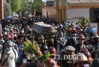 Una muchedumbre acongojada despidió a Orlando Gutiérrez en Oruro. Foto: Emilio Huáscar