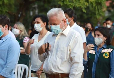 El gobernador rezó el Santo Rosario. Foto. Gobernación