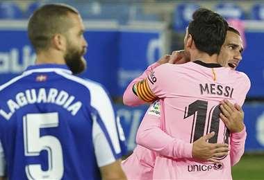 Messi felicita a Griezmann por el gol. Foto: AFP