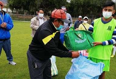 Vecinos entregando material deportivo. Foto: Los Tiempos / Gabriel Caero