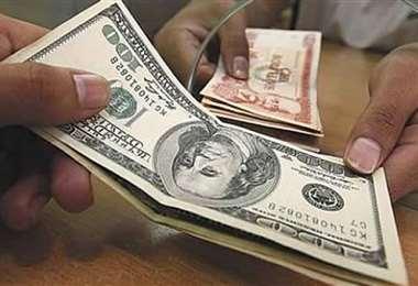 La divisa se cotiza en 6.96 para la venta
