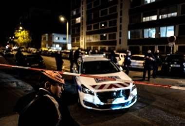 Policías acordonan la iglesia ortodoxa donde ocurrió el ataque. Foto AFP