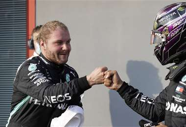 Bottas, satisfecho por su logro, saluda a Hamilton. Foto: AFP