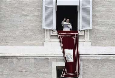 El papa saluda a los feligreses en el día de San Francisco. Foto AFP