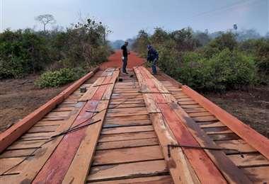 Reconstrucción de puente quemado por las llamas