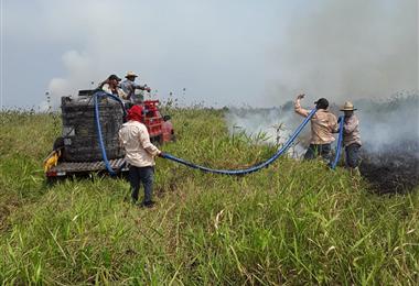 Personal de las estancias apagan incendios en Beni. Foto. ABT Beni