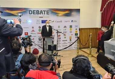 El candidato Carlos Mesa, al momento de ingresar al debate.
