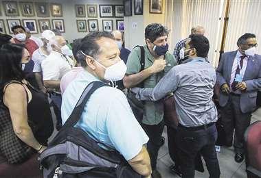 Abrazos entre procesados y abogados, la escena final del juicio que fue cerrado