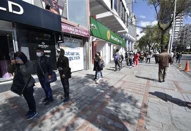 La primera semana del cobro se registraron largas filas en La Paz. Foto: APG