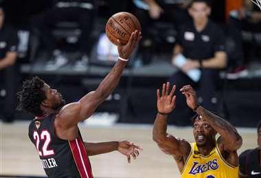 Miami vence a los Lakers y recorta ventaja en las finales