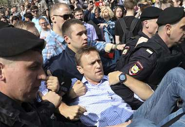 El activista Alexei Navalni es detenido en una de sus acciones de protesta