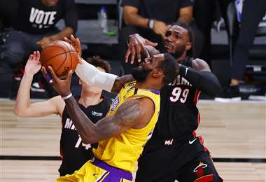 LeBron James y Jae Crowder en un duelo por la pelota. Foto:AFP