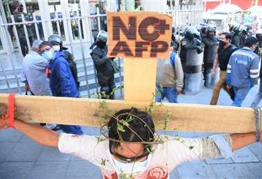 El Movimiento Emergencia Nacional para la devolución de AFP protesta en las puertas del  M