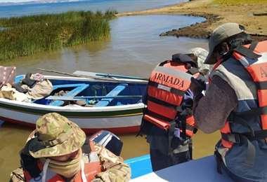 Miembros de la Armada en el lago Titicaca.