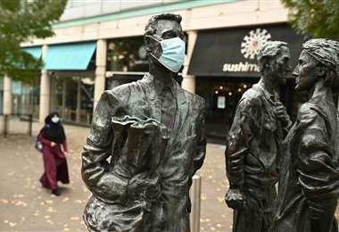 Una estatua con mascarilla en Nottingham en el centro de Inglaterra. Foto AFP