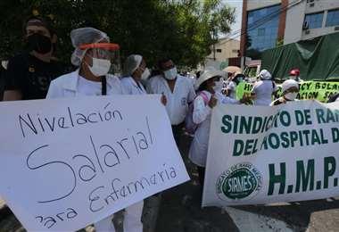 Profesionales salieron a protestar /Foto: Fuad Landívar