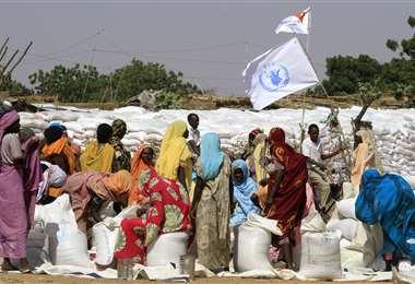 Mujeres sudanesas recolectan ayuda donada por el Programa Mundial de Alimentos de la ONU.