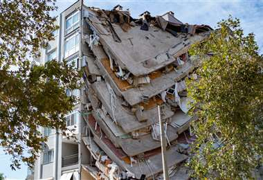 Un edificio dañado en Izmir. Foto AFP