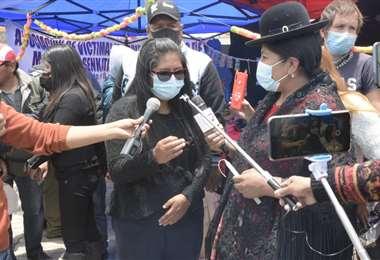 Eva Copa, junto a los familiares de las victimas de Senkata.
