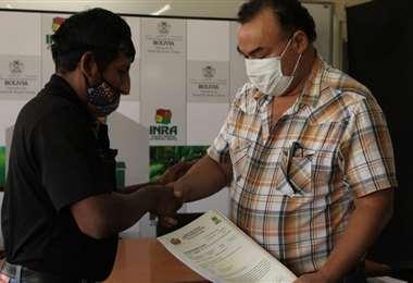 Ferrier, dcha., entrega los títulos agrarios colectivos (Foto: INRA)