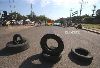 Un punto de bloqueo en la zona de la doble vía a La Guardia. Foto: Jorge Gutiérrez