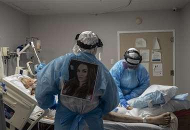 Atendiendo a un paciente con covid-19 en Houston. Foto AFP