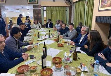 Las autoridades argentinas y la comitiva boliviana en una cena en La Quiaca.