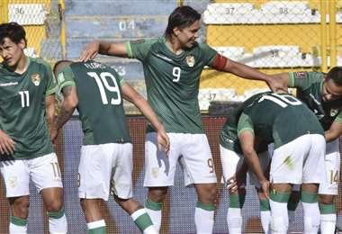Martins (9) celebra con sus compañeros de selección. Foto: APG