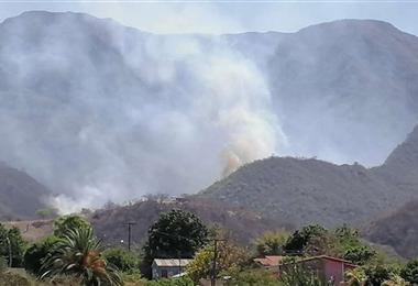 El fuego amenazó la zona urbana de Camiri. Foto. Teófilo Baldivieso