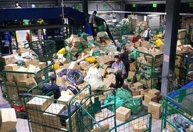 Trabajadores clasifican los paquetes para enviarlos. Foto AFP
