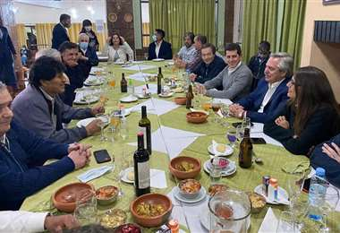 El presidente de Argentina permanece aislado tras el positivo de uno de los comensales
