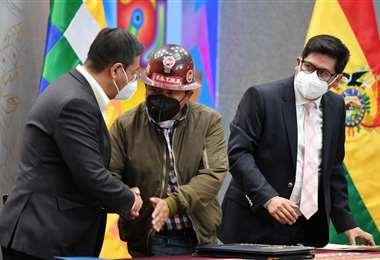 El presidente Arce, de costado, promulgó sus dos primeras leyes (Foto: AFP)