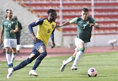 Caicedo y Arce en el duelo por la pelota. Foto: APG