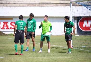 Escobar, del cuerpo técnico de la selección, conversa con Martins, Saavedra y Fernández.