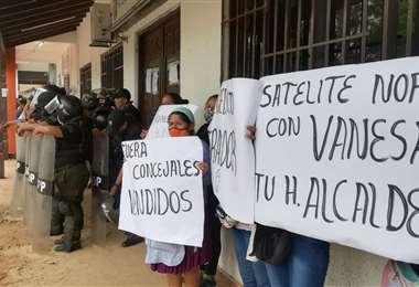 Vigilia en la Alcaldía de Warnes/Foto: Fuad Landívar