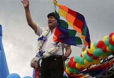 Morales llegó al país y fue arropado por sus seguidores en Chimore
