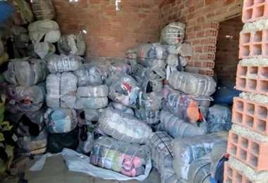 Parte de los fardos con ropa usada comisados en Oruro (Foto: Aduana)