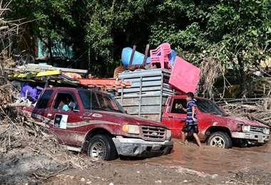 La gente busca resguardarse con sus cosas del paso del ciclón. Foto AFP