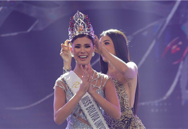 Lenka Nemer al momento de recibir la corona de Miss Bolivia Universo /foto: Fuad Landívar