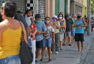 Electores hacen cola en una municipio de Río de Janeiro. Foto AFP