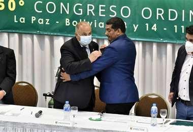Costa es felicitado por Rodríguez luego de ser elegido presidente. Foto: APG