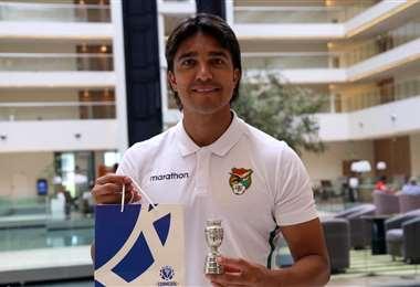 Martins recibió un presente de Conmebol. Foto: Prensa FBF