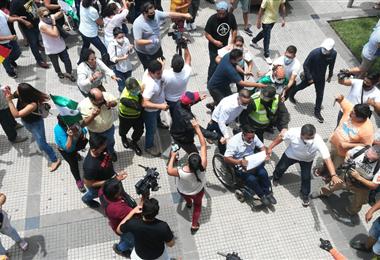 Los parlamentarios del MAS son resistidos por grupos civiles. Foto. Juan Delgadillo