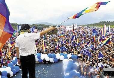 Con su líder, Evo Morales, el MAS avanza para participar de las elecciones regionales.