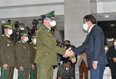 El Presidente saluda al nuevo comandante de la Policía. Foto: APG