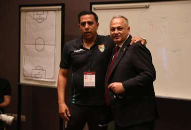 Costa con César Farías, DT de la selección. Foto: FBF