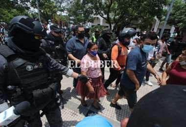Los enfrentamientos se dieron fuera de la Brigada. Foto: El Deber