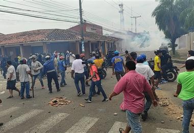 Vecinos se enfrentaron a los policías tras la destitución de Hurtado. Foto. Zona Norte