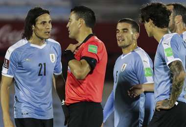 Cavani fue expulsado en el partido frente a Brasil. Foto: AFP