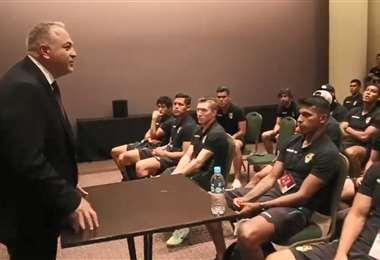 El momento en que Costa conversa con los jugadores de la Verde. Foto: AFP